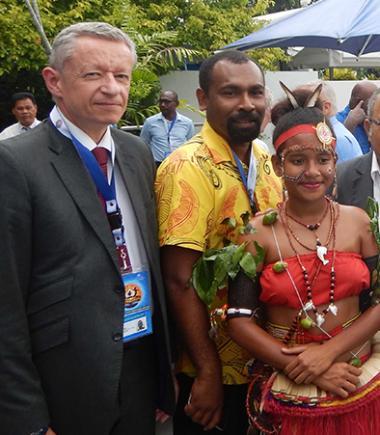 Alain Marc (à gauche) et Emmanuelle Gallien (au centre) reçus, en compagnie de la délégation du Vanuatu, par le Premier ministre papou (à droite).