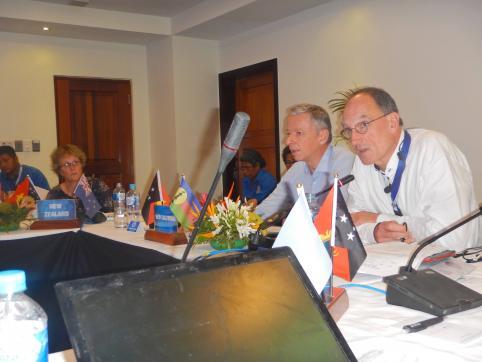 Intervention du secrétaire général du gouvernement lors de la conférence. À droite, l'interprète.